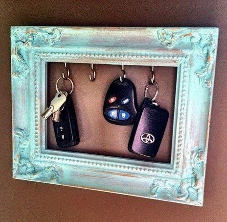 Para não ter risco de perder as chaves pela casa um quadrinho ao lado da porta é…
