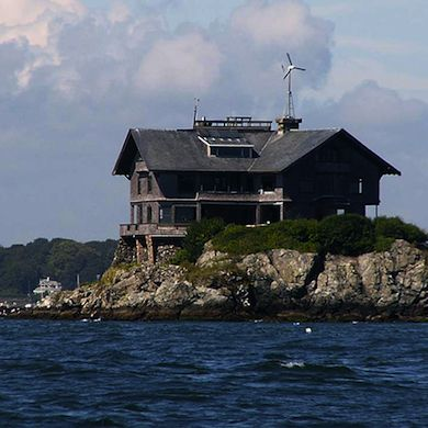 designed to withstand hurricane force winds clingstone is a 10000 square foot home built in 1905 on a small rocky island in narragansett bay of - Clingstone Narragansett Bay