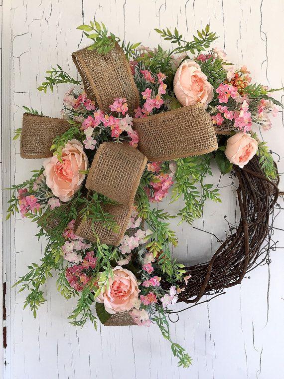 Frühling Frühling Kränze, Sommer Kranz, Kranz, Spring-Tür-Kranz, handgefertigt in den USA!  Dieser wunderschöne Kranz erfolgt auf einer Weinrebe und enthält schöne Reben, peachy rosa Rosen, Beeren und kleine rosa und Pfirsich Wildblumen. Die Blumen und Reben sind alle in einem Sackleinen Bogen verbunden. Dieser Kranz ist auf einem 14 Weinrebe Kranz aus und misst ca. 24 breit und 8 tief. Wäre deine Mutter nicht so aufgeregt, das zum Muttertag erhalten? Oder senden Sie es an, dass jemand zum…