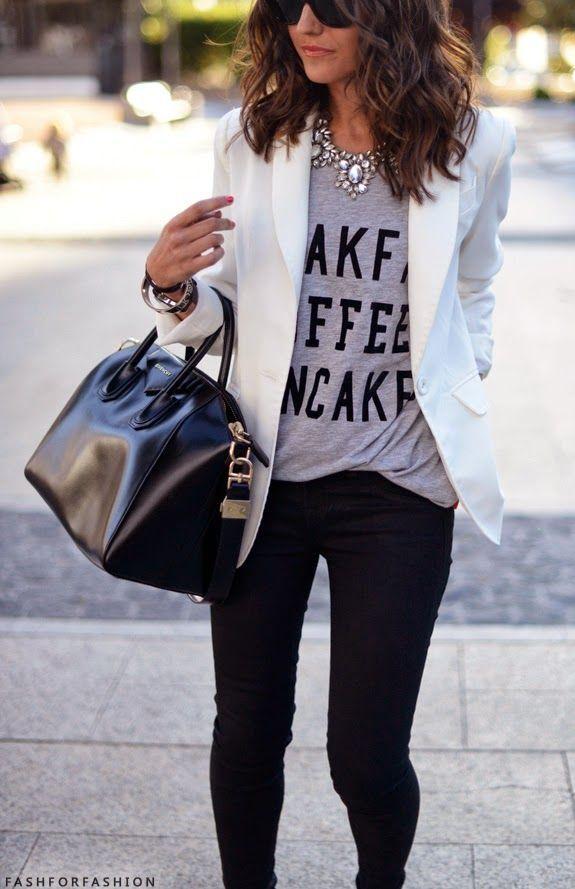 Si combinas tu t shirt con un maxi collar, pantalones ajustados y un blazer, tienes la combinación perfecta para un look de oficina, escuela o algún evento más formal sin lucir aburrida.