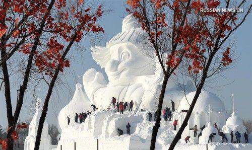 34-метровый харбинский снеговик-гигант Харбин, 18 декабря /Синьхуа/ -- На территории выставки снежных скульптур в Харбине /провинция Хэйлунцзян, Северо-Восточный Китай/ наполовину завершено сооружение 34-метровой фигуры