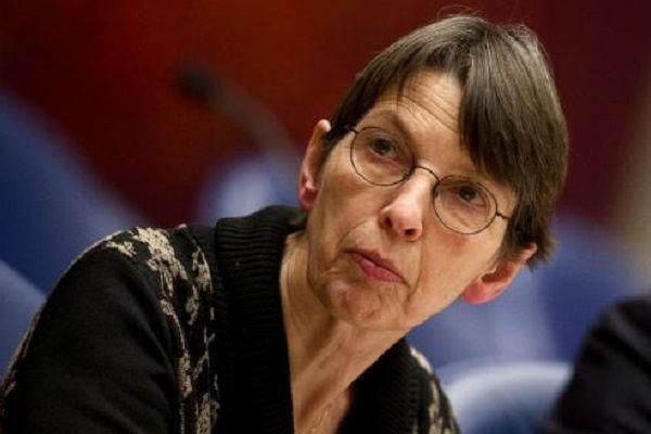 """Staatssecretaris Jetta Klijnsma is wederom verkozen tot meest sexy Kamerlid. Bijeen interne verkiezing in de Tweede Kamer kreeg Klijnsma 52% van de stemmen. Jetta Klijnsma werd geboren in 1957 en is sinds november 2012 staatssecretaris van Sociale Zaken. """"Haar stem, haar pony, haar prachtige groenbruine ogen… alles aan Jetta is woest aantrekkelijk"""", zegt een PvdA-collega. """"De Kamer zwijmelt weg als [...]"""