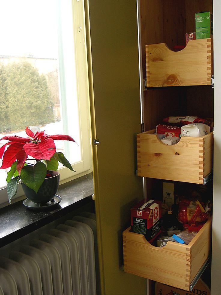 Lådor på insidan av ett platsbyggt kökskåp i funkisstil, handbyggt av Möllansverkstäder i Malmö