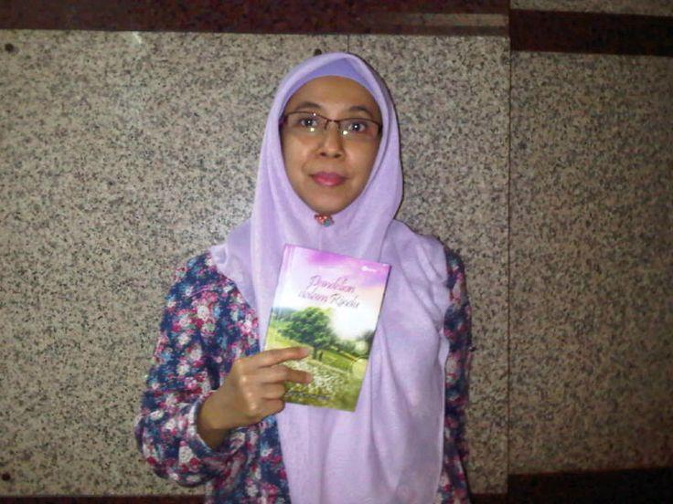 Niken Savitri Nawangsasi di Kelapa Gading Jakarta Utara bersama bukuku DdR