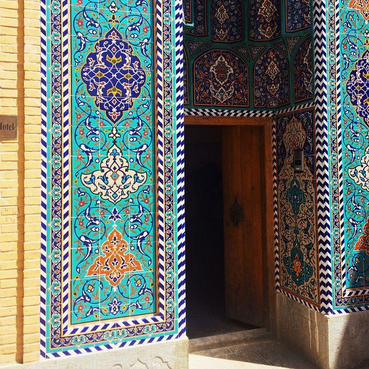 Esfahan, Iran ⠀⠀⠀⠀⠀⠀⠀⠀⠀⠀⠀⠀⠀⠀⠀⠀⠀⠀⠀⠀⠀ Они покрывают мечети от фундамента до высшей точки куполов внутри и снаружи. Они украшают своды базарных улиц, входы в школы, магазины, стены жилых домов. Даже обычные заборы вдоль шоссе! И все они такие разные! Аскетичные геометрические узоры из обыкновенного кирпича без всякой отделки. Керамические плиточки всех оттенков голубого и синего. Цветущие пышным цветом узоры дикой розы и шипастых побего