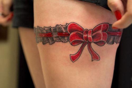 Tatuaje de lazo rojo.