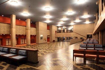 熊本県立劇場(前川國男)  ■問題99  熊本県立劇場(熊本市)は、来館者の動線を円滑にエントランス空間に導くために、演劇ホールとコンサートホールの間に光庭や吹抜けをもつモール状の空間を設けている。