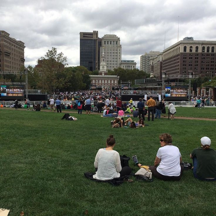 The crowd is building at Independence Hall hours ahead of the pope's speech. #PVatPope