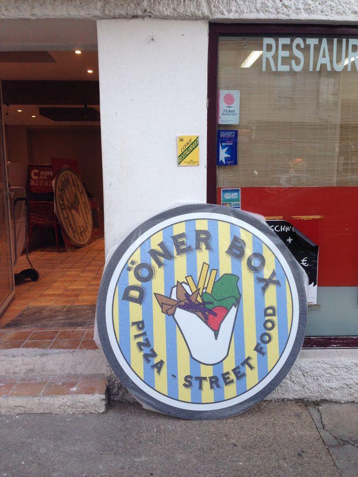 Enseigne pour le Nouveau restaurant Kebab Box à Nîmes réalisation de Jouer avec le Patrimoine https://www.joueraveclepatrimoine.com/