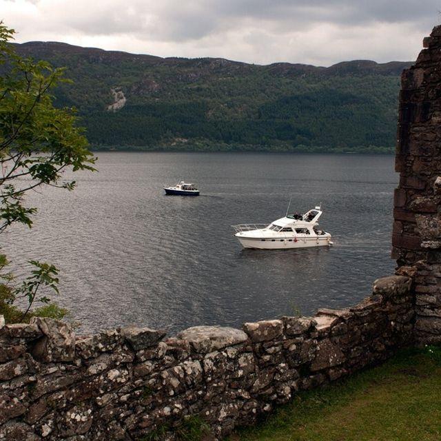 Solcando le acque nella speranza di scorgere il mostro. #LochNess, #Scozia