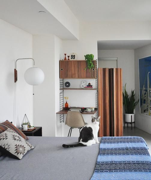 Een kleine bureau maken in je slaapkamer? Het kan met een rek opstelling van String. Naar een idee van Modern Findings Materiaal: metaal en hout Afmetingen: wan