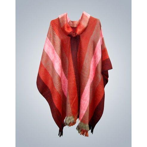 Poncho cerrado con cuello alto, trabajado en telares tradicionales. Muy suave y abrigado.