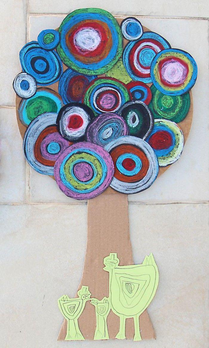 Gekleurd papier inkleuren met wasco/vetkrijt, rond uitknippen en opplakken op kartonnen boom.
