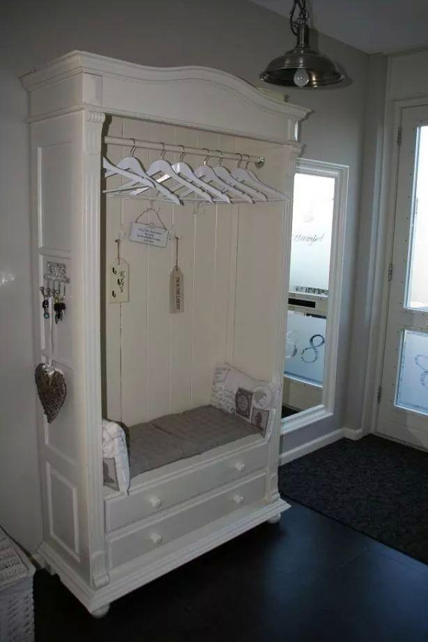 Van een oude kledingkast een garderobekast maken met een roede en zitplaats.
