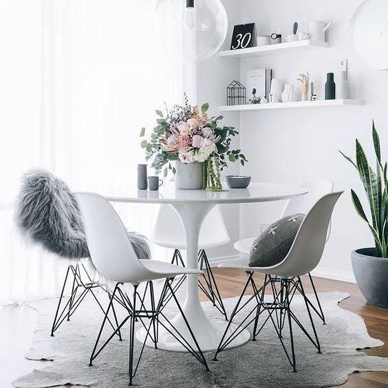 Un comedor de mesa y sillas blancas es el rincón perfecto para añadir unas flores que aporten el toque de color #InspiraTuDecoración Credit @oh.eight.oh.nine