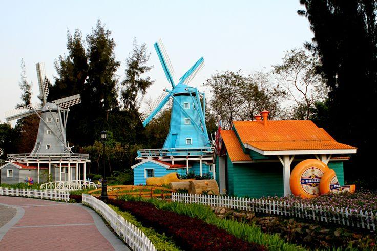 深圳 Shenzhen, Window of the World, an impression of Holland... Somehow the Chinese seem to love windmills. Also in Bao'An they have a small park in Holland style :D