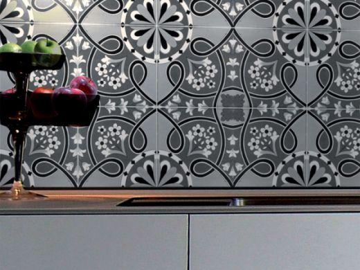 Ett marockanskt kakel över diskbänken skapar ett vackert och dekorativt inslag i köket. Det här kaklet heter Nocelle och kommer från Golvabia.