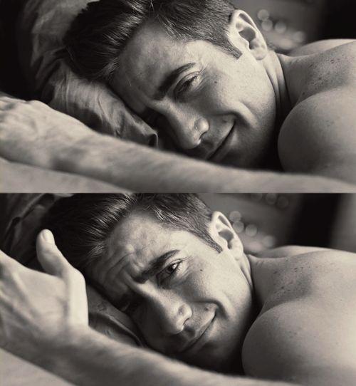 Jake Gyllenhaal, IN A BED !!