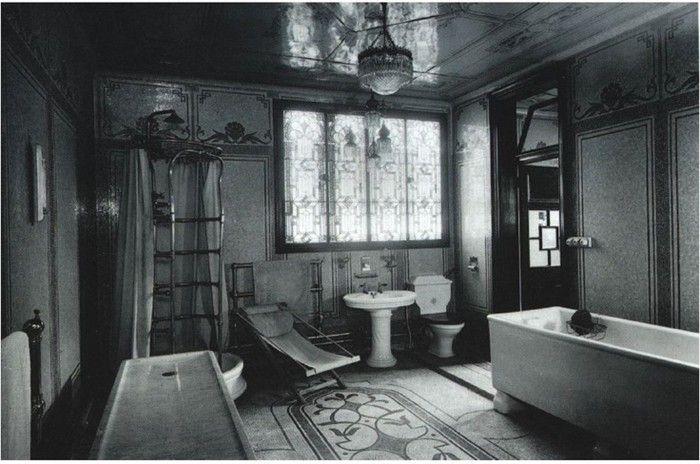 1904 bathroom, via @David Nilsson Nilsson John / YHBHS