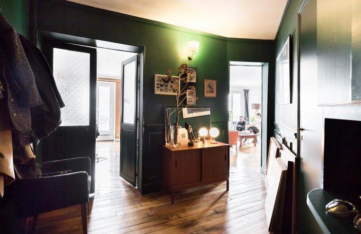 Il grande ingresso irregolare ha pareti verde scuro, sulle quali campeggiano stampe di studi di Anatomia del XX secolo. Il tono scuro è sottolineato anche dalle poltrone vintage di pelle nera