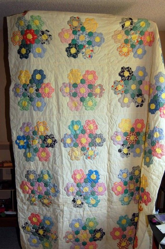 Vintage variation of granny 39 s flower garden quilt 66 x 82 gardens hexagons and flower for Grandmother flower garden quilt pattern variations
