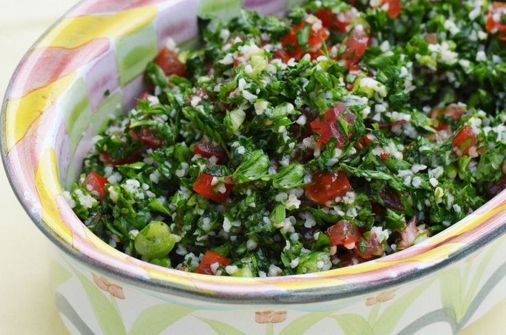Per tabbouleh si intende una sorta di insalata libanese realizzata con numerose verdure e con il bolgur, un cereale molto diffuso nei Paesi arabi.