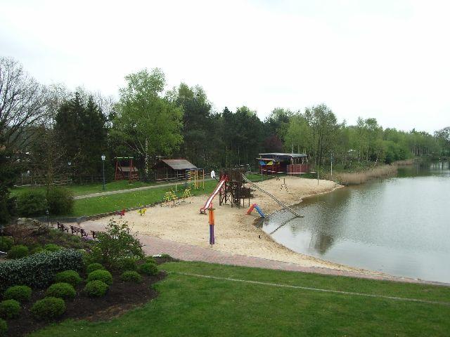 Übersicht des Badestrand und des Spielplatzes am Rethbergsee