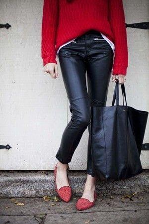 レザーパンツと赤セーターと赤のローヒールぺたんこ靴コーディネート