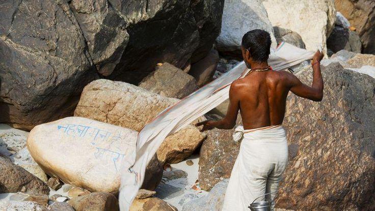 A Rishikesh, où naît le fleuve sacré, un jeune pélerin achève sa purification dans un mouvement aérien.