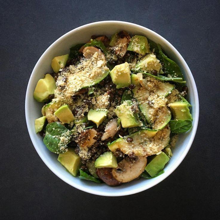 Salade met spinazie, linzen, gegrilde courgette, gemengde paddenstoelen, bosui, limoensap en avocado, bestrooid met een mengsel van edelgist en amandelmeel 💁🏼❤ #vegan #salad #lunch