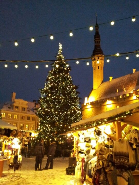 Raatihuoneen tori on Tallinnan Vanhankaupungn keskipiste. Joulukuun alusta aina loppiaiseen asti järjestetään suositut joulumarkkinat.