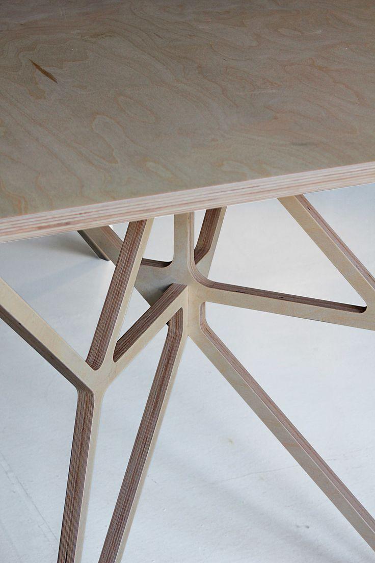 Le studio Bulgare dontDIY signe cette collection de mobilier en contreplaqué intitulé Furniture P01 Plywood.