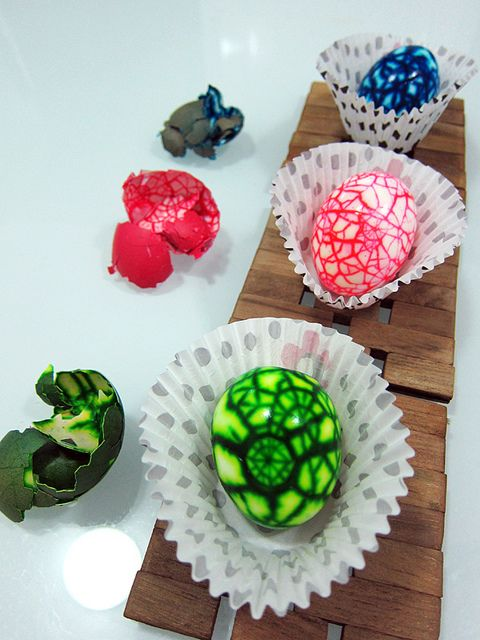 COOLEST easter eggs ever! Theyd be fun any time actually...www.kimberlycun.com/2011/04/22/how-to-make-surprise-marbled-easter-eggs/