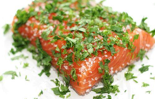 Малосольный лосось. Расчет ингредиентов на 1 кг рыбы:  1,5ст. ложки водки и апельсинового сока • 2 ст. ложки соли крупной • 2 ст. ложки сахара • 0,5 ч. ложки перца черного молотого • 5-6 веточек укропа,петрушк