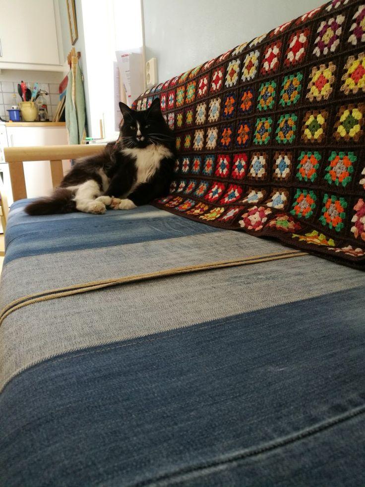 Kökssoffan fick en ny look. Tre par gamla jeans och lite tråd. Katten godkände den på en gång. #reused #denim #kitchenbench #kökssoffa