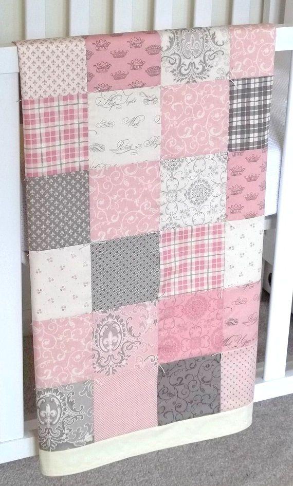 Bonita colcha o manta a cuadrados de diferentes estampados y colores... muy bien combinado, en rosas, grises y blancos.
