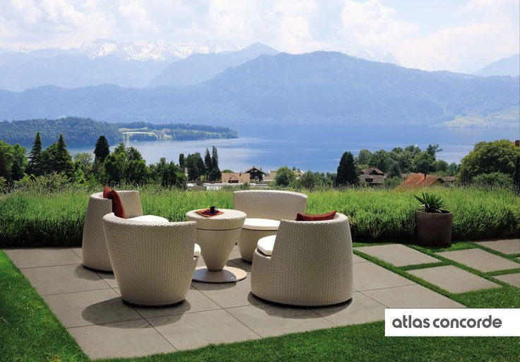 IN RESIDENTIAL GARDENS OR IN PUBLIC PARKS, LASTRA 20mm REPRESENTS AN EASY AND FUNCTIONAL SOLUTION FOR CREATING OPEN AIR RELAXATION AREAS THAT PERFECTLY INTEGRATE WITH THE SURROUNDING ENVIRONMENT. The dry installation onto grass, easy and quick, allows for the creation of spaces dedicated to free time and entertainment where it is possible to place light furnishing elements such as chairs, sun-chairs and tables.