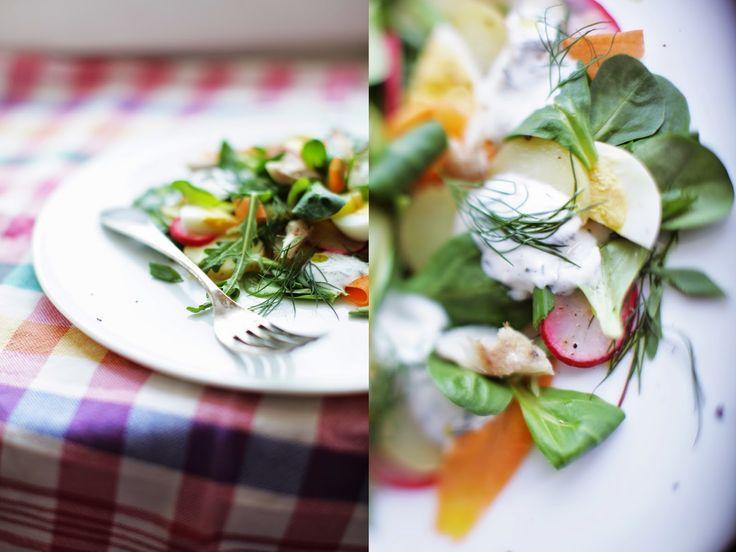 Wiosenna sałatka z wędzoną makrelą
