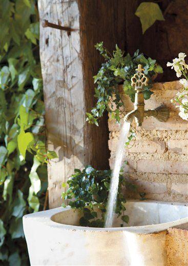 Los detalles cuentan Una pila de mármol recuperada y un grifo antiguo dieron lugar a una bonita fuente para el patio.