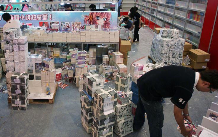 所謂「重版出來」(じゅうはんしゅったい),也就是中文「再版成功」的意思,正如漫畫封底折頁的文案所言,這四個字是「能讓出版業界全體都感到幸福的詞句」,畢竟一本書的再版,是從作者、編輯、行銷、印刷到通路書店店員的團體戰。