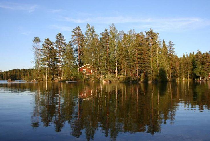Ganze Unterkunft in Granbergsdal, SE. In Värmland, 250 km westlich von Stockholm, liegt diese einzigartige Hütte aus dem 19. Jahrhundert.  Mann kommt nach die Insel mit Ruderboot!  Die Hütte ist einfach, aber in sehr ruhig Umgebung.