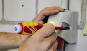 Praktisch! Ohne dass man sich bis an die blanke Kupferlitze vorarbeiten muss, zeigt das rote Licht am Schraubendreher berührungslos, ob Saft auf der Leitung ist. Von Gedore kommt der MaVo, ein Schraubendreher mit eingebautem Magnetfeld- und Spannungsfinder.