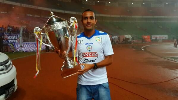 Gustavo Lopez, bring of the trophy persija