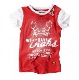 Stoer en trendy shirt voor de meiden van No Tomatoesuit de zomercollectie 2012. Dit rode t-shirt heeft witte korte mouwtjes en een witte rand in de hals. Het t-shirt heeft een grappige print zowel voorop als achterop. Een leuk detail is de knoopjes (dienen als buttons) op de voorkant.