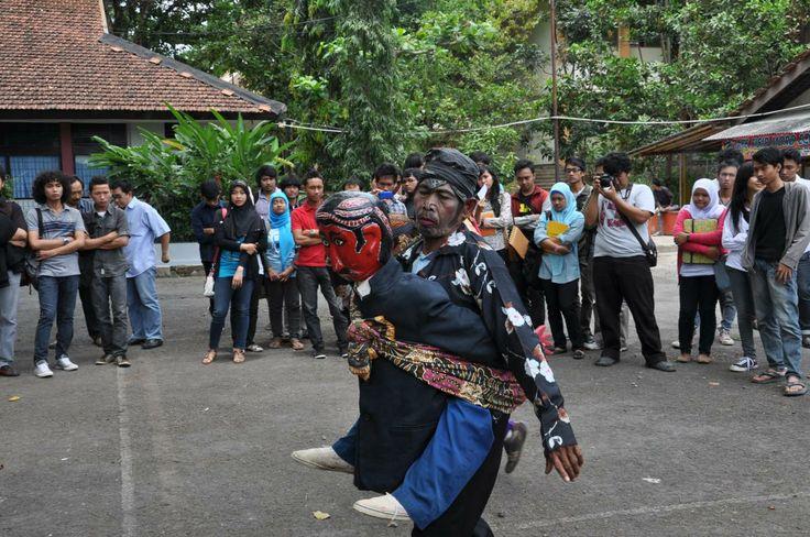 Kesenian Buncis dari Kebasen, Banyumas Indonesia.