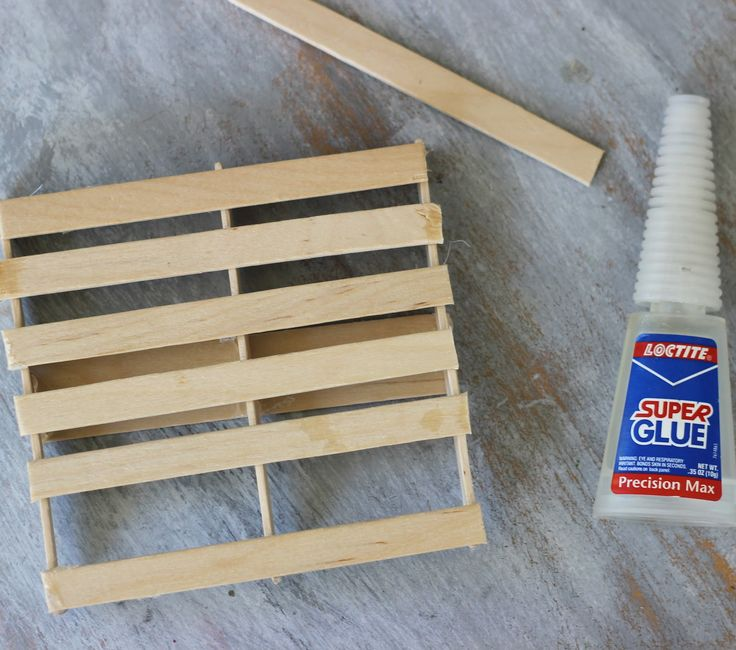 How to make a DIY  Mini Pallet {ribbonsandglue.com}