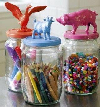 Malene, der driver den skønne boligblog Boligcious, har fundet inspiration til alternative måder at anvende børnenes plastikdyr på. Og alt er muligt!   Så frem med løver, alligatorer og køer - køb dem hos f.eks. LirumLarumLeg, find dem brugte på loppemarkeder - eller brug jeres egne (hvis dit barn er vokset fra at lege