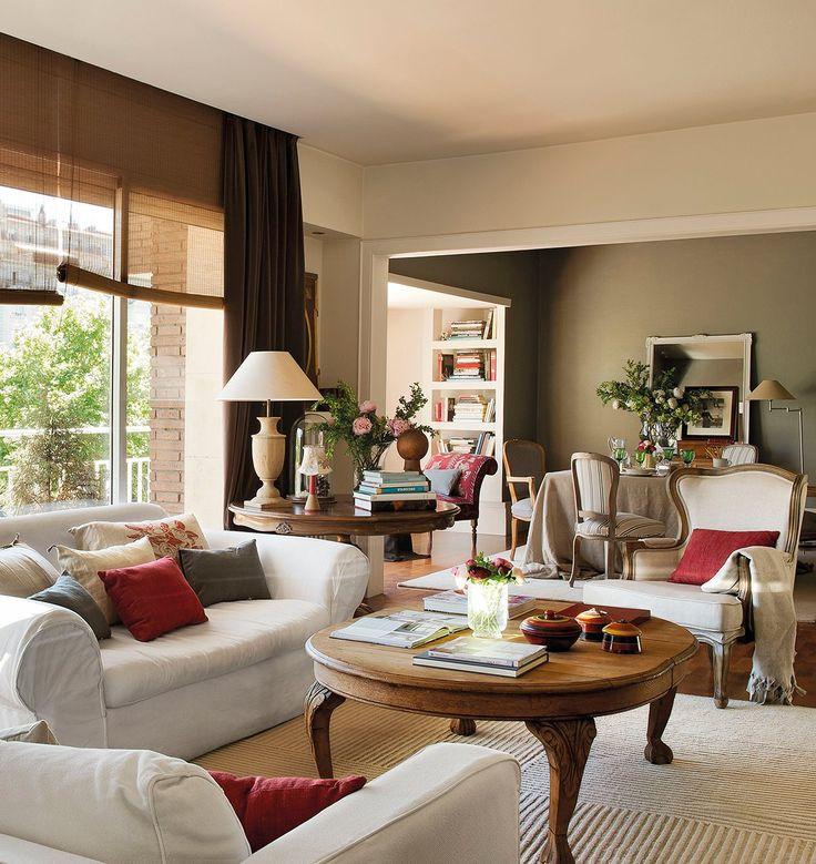 Salón comedor con cortinas en tono chocolate y mesa auxiliar de madera. Da color con los cojines