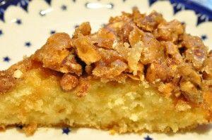 Nem og lækker smørbagt toscakage med marcipan og sprød mandelknas. Jeg brugte brændte mandler til toppingen. Toscakagen kan serveres til dessert- og kagebord