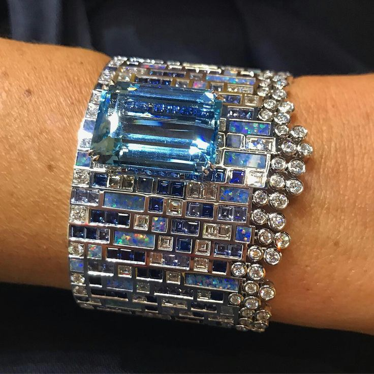 ✨Blue Blue ✨Aquamarine at Piaget✨ #espritjoaillerie #patrimoinejoaillerie#patrimoine#cuff#joyeria#joyas#bijoux#queen#princess#instajewelry#design#opal#masterpiece#awesome#friend#energy#luxurylife#luxe#diamond#jewelrylover#art#pfw#collector#inspiration#paris#fashionweek @piaget